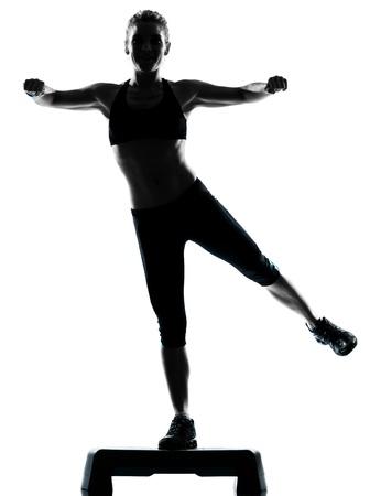ejercicio aer�bico: una mujer el ejercicio de entrenamiento de la aptitud postura de ejercicio aer�bico en el estudio de fondo blanco aisladas