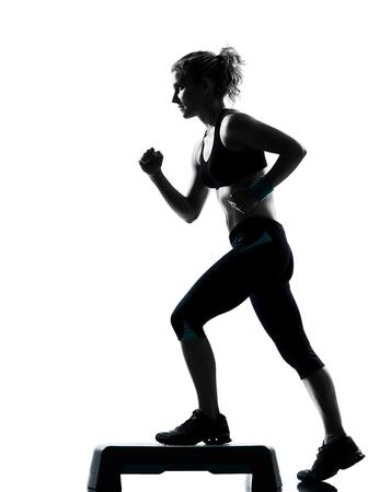 woman fitness: une femme exer�ant entra�nement de fitness posture exercice a�robie en studio isol� sur fond blanc
