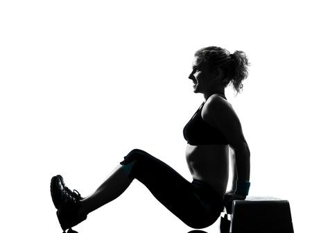 una mujer el ejercicio de entrenamiento de la aptitud de ejercicios aeróbicos abdominales empujan la postura ups en el estudio de fondo blanco aisladas