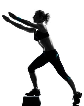ejercicio aer�bico: una mujer el ejercicio de entrenamiento de la aptitud postura ejercicio aer�bico en estudio de fondo blanco aislado