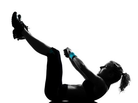 aerobica: una donna esercita allenamento fitness addominali esercizio aerobico spingere postura up studio isolato su sfondo bianco Archivio Fotografico