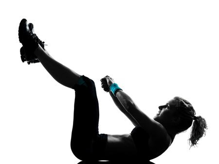 aerobic: una mujer el ejercicio de entrenamiento de la aptitud de ejercicios aer�bicos abdominales empujan la postura ups en el estudio de fondo blanco aisladas Foto de archivo