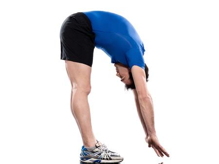 estiramientos: hombre saludo al sol yoga Surya Namaskar plantea la postura de estiramiento del entrenamiento por un hombre en estudio de fondo blanco