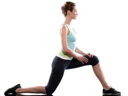arrodillarse: una mujer cauc�sica de entrenamiento de fitness ejercicio postura de rodillas las piernas se extiende el estudio de fondo blanco Foto de archivo