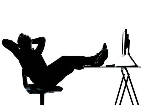 perezoso: un hombre de negocios cauc�sico equipo de computaci�n silueta de relajaci�n de cuerpo entero en el estudio aislado sobre fondo blanco