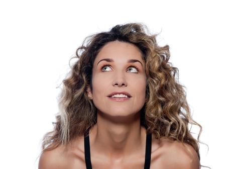 femme regarde en haut: belle femme de race blanche regardant studio de portrait heureux isol� sur fond blanc