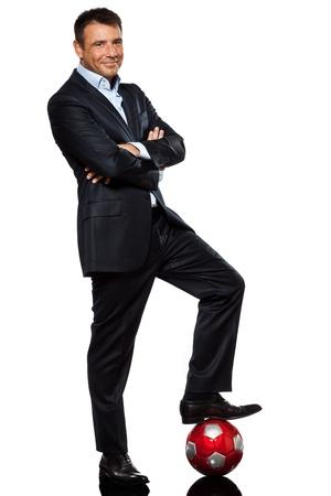 elegant business man: uno caucasico affari, uomo, standing braccia incrociate il piede sul pallone da calcio in studio isolato su sfondo bianco