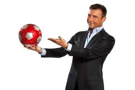 pelota de futbol: una explotaci�n cauc�sica hombre de negocios que muestra bal�n de f�tbol en el estudio aislado sobre fondo blanco