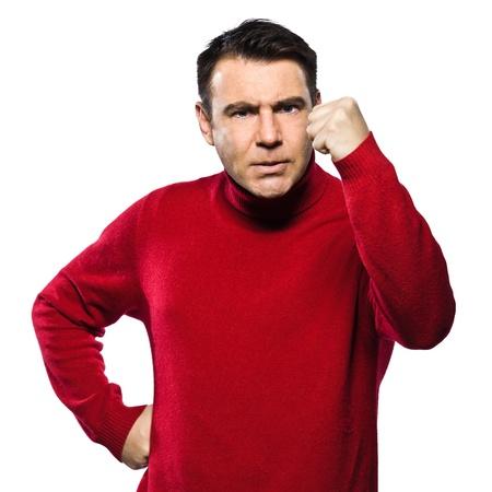 arrogancia: el hombre caucásico enojado puño levantado gestos amenazantes estudio de retrato de la amenaza en backgound blanco aislado