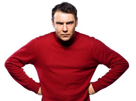 arroganza: caucasico atteggiamento dell'uomo accigliato abgry ritratto in studio isolato su bianco backgound