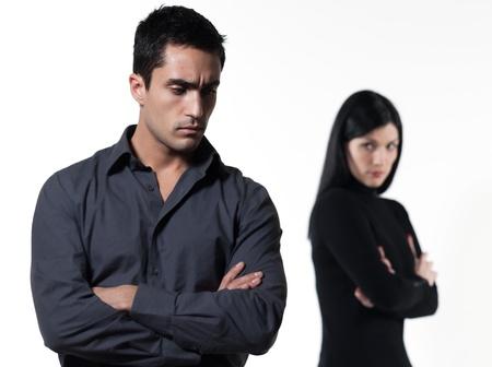 pareja enojada: pareja joven en el fondo blanco con una disputa Foto de archivo