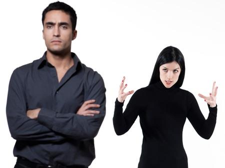 argument: giovane coppia su sfondo bianco con una lite
