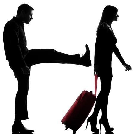 siluetas de enamorados: un hombre caucásico y la separación de controversias en el estudio de la mujer silueta aislados sobre fondo blanco