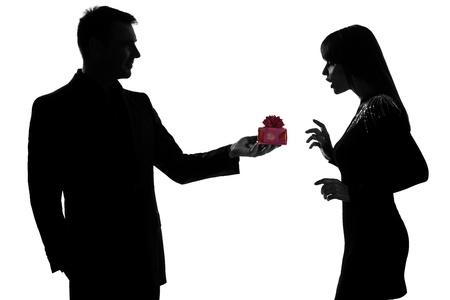 couple lit: un hombre cauc�sico de rodillas regalo oferta actual y de la mujer sorprendida en el estudio de silueta aislados sobre fondo blanco