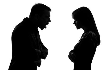 argumento: un hombre caucásico y de la mujer frente a frente gritando dipute gritando en el estudio de silueta aislados sobre fondo blanco Foto de archivo