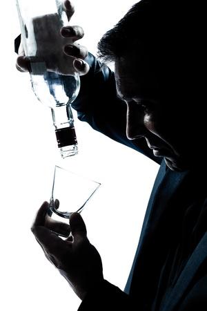 isol� sur fond blanc: un portrait caucasien silhouette homme ivre puring botlle alcool vides dans studio isol� sur fond blanc