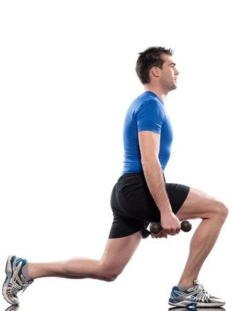 lunges: haciendo ejercicio en el fondo blanco aislado