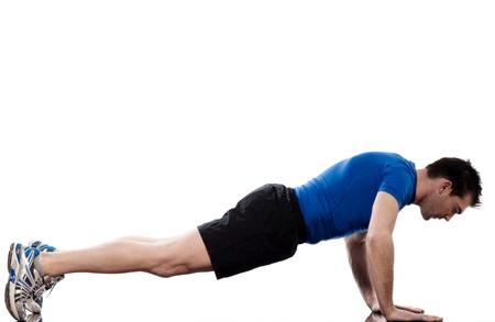 hombre haciendo flexiones abdominales postura de entrenamiento en fondo blanco Foto de archivo
