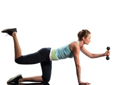 mujer arrodillada: la mujer el ejercicio de la formaci�n de peso Worrkout postura sobre fondo blanco con pesos