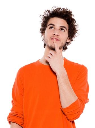 esitazione: uno pensiero giovani in cerca ritratto caucasico uomo in studio isolato su sfondo bianco