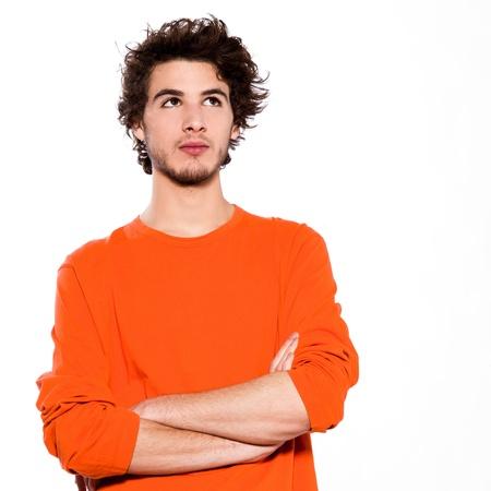 arroganza: Giovane uomo ritratto pensiero caucasico in studio su sfondo bianco
