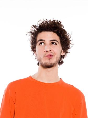 ind�cis: Portrait de jeune homme pensant caucasien en studio sur fond blanc Banque d'images