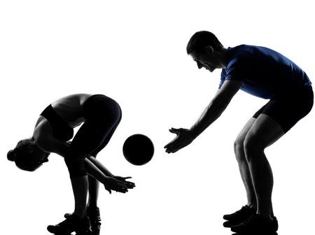 couple lit: joven mujer al hombre el ejercicio de entrenamiento de fitness postura de ejercicios aer�bicos en el estudio de la silueta sobre fondo blanco Foto de archivo