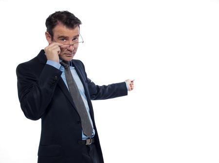 profesor: un profesor de ense�anza cauc�sica el hombre hace se�as se�alando estudio vac�o copia espacio aislado en el fondo blanco Foto de archivo