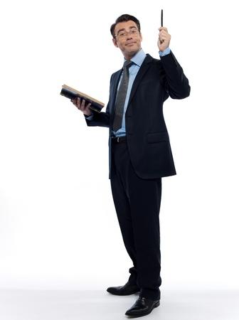 un hombre caucásico profesor de la enseñanza de la lectura de un estudio de maestro de libro antiguo aislado sobre fondo blanco Foto de archivo