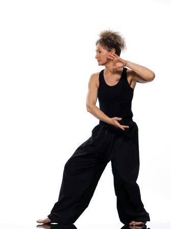 isol� sur fond blanc: femme m�re praticing tai chi chuan en studio sur fond blanc isol�