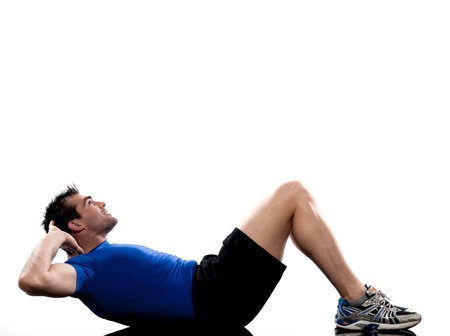 hombres haciendo ejercicio: el hombre en la postura de entrenamiento suelo Abdominales en el fondo blanco Foto de archivo