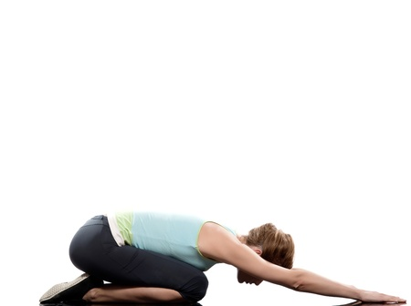side pose: mujer Adho Mukha ni�o virasana plantean estiramiento de yoga postura de entrenamiento en estudio de fondo blanco Foto de archivo