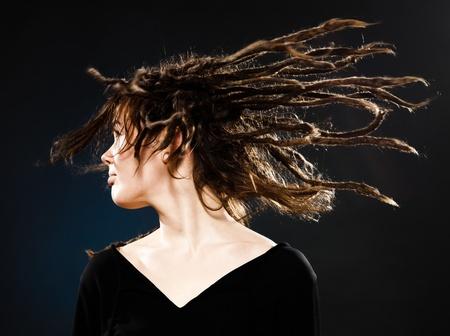 dreadlocks: estudio de disparo retratos de una joven rubia caucásica con dreadlocks en fondo negro Foto de archivo
