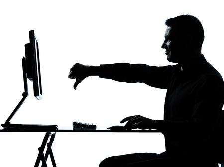 pulgar abajo: un hombre de negocios cauc�sico equipo de computaci�n el pulgar hacia abajo silueta de descontento en el estudio aislado sobre fondo blanco Foto de archivo