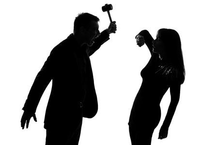 paliza: un hombre cauc�sico y una mujer que expresa la violencia dom�stica en el estudio de silueta aislados sobre fondo blanco