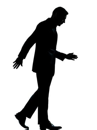 un business caucasico uomo che cammina lungo silhouette completa in studio isolato su sfondo bianco