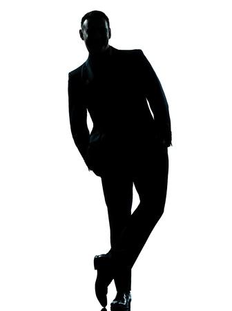 un negocio caucásico silueta del hombre de pie manos de longitud completa en el bolsillo en el estudio aislado sobre fondo blanco