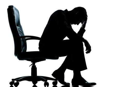 depresi�n: un negocio cauc�sica hombre triste desesperaci�n, cansancio silueta de cuerpo entero en el estudio aislado sobre fondo blanco