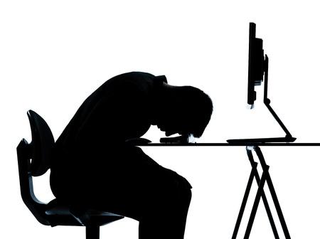 desesperado: de un hombre de negocios cauc�sico computing dormir silueta cansada en el estudio aislado sobre fondo blanco
