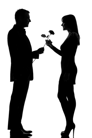 couple lit: una pareja de amantes de la oferta cauc�sico hombre se levant� de flores y sonriente mujer en el estudio de silueta aislados sobre fondo blanco