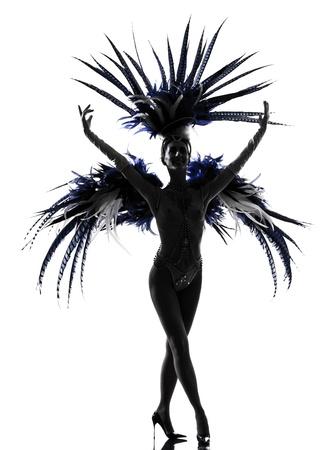 Frau Showgirl Revue Tänzerin tanzt im Studio auf weißem Hintergrund