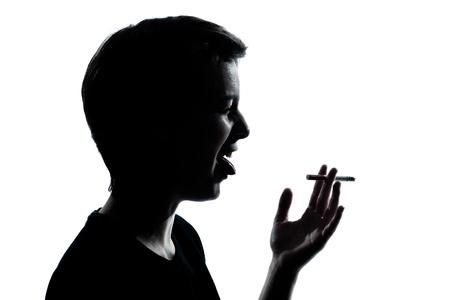 joven fumando: un chico joven caucásico silueta de adolescente o un retrato de niña en el taller de corte aisladas sobre fondo blanco