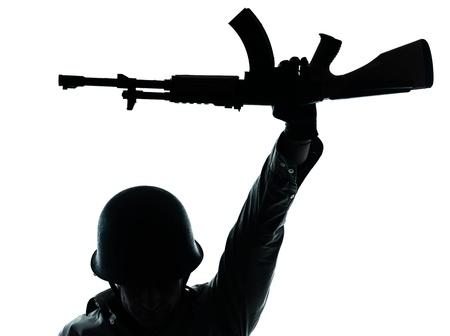 pistolas: un hombre cauc�sico soldado del ej�rcito revolucionario de la celebraci�n de ak47 Kalachnikov en el estudio aislado sobre fondo blanco
