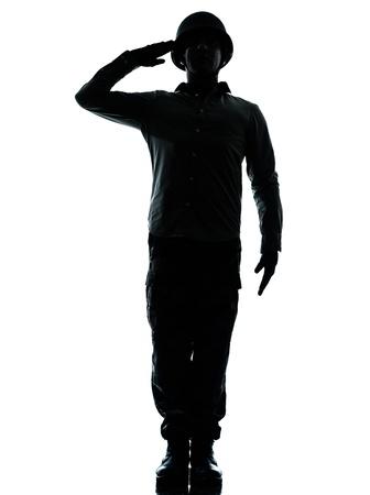 silhouette soldat: un Caucasien soldat de l'arm�e l'homme soldat de l'arm�e saluant l'homme en studio isol� sur fond blanc