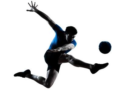 futbolista: un hombre cauc�sico volar patadas jugando al f�tbol silueta de jugador de f�tbol en el estudio aislado sobre fondo blanco Foto de archivo