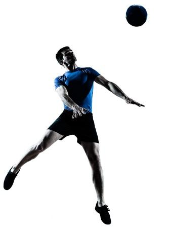 흰색 배경에 고립 스튜디오에서 연주 축구 축구 선수 실루엣을 향하는 하나의 백인 남자