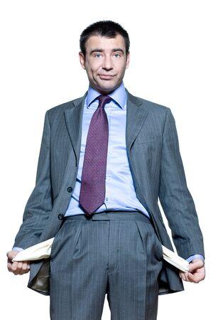 bolsillos vacios: Retrato de un hombre de negocios expresiva mostrando los bolsillos vac�os aislados en fondo blanco