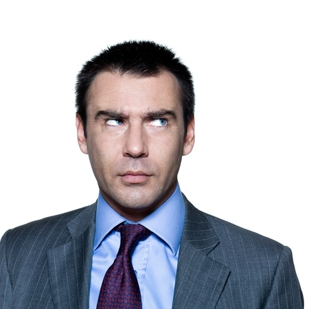 desconfianza: Retrato de hombre maduro pensativo mirando a otro lado en el estudio sobre fondo blanco aislado