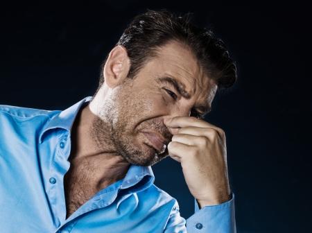 el hombre caucásico sin afeitar desagradable olor a pucker retrato aislado estudio sobre fondo negro Foto de archivo