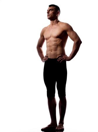 caucásico hombre gimnasta acróbata retrato aislado estudio sobre fondo blanco